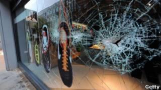 Разбитая витрина магазина в Манчестере