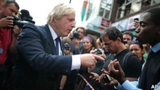 Boris Johnson discute com morador durante visita a Clapham, área afetada pelos distúrbios