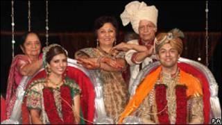 السيد والسيدة ديواني وأفراد من العائلة