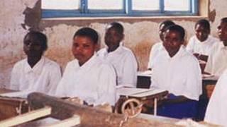 Sala de aula na Tanzânia (BBC/arquivo)