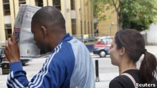 Подсудимый пытается закрыть лицо газетой