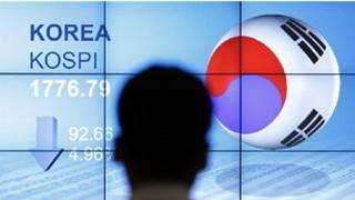 Chỉ số KOSPI của Hàn Quốc trên bảng điện tử tại tòa nhà Mirae Asset, Seoul, 9/8/2011.