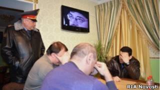 Начальник ГУВД Москвы опрашивает посетилетей нелегального казино, закрытого в ходе рейда УБЭП