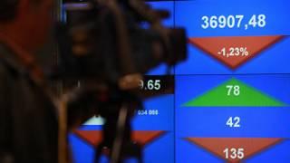 Cameraman filma índice da Bolsa de Valores de Varsóvia, no dia 11 de agosto de 2011 (Reuters)