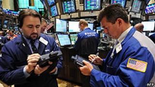 Operadores da bolsa de NY. Foto: AFP