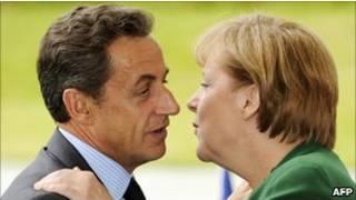 Саркози и Меркель обмениваются приветственным поцелуем