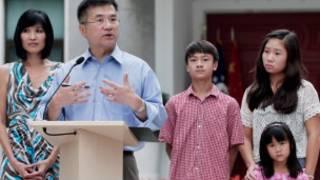 骆家辉和妻子儿女8月14日在北京的新闻会上