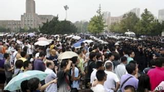 大连市民在市政府前抗议示威