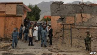 Autoridades observam cenário de ataque suicida neste domingo no Afeganistão (AFP)