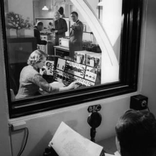 Daphe Oram, trabalhando no estúdio da BBC (BBC)