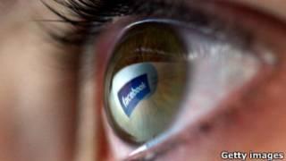 Человеческий глаз с отражающимся в нем логотипом Facebook