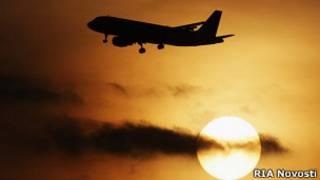 Летящий на фоне заката самолет