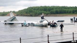 Самолет Ан-24 в реке после аварийного приводнения