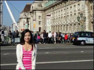 李艾咛站在伦敦的大本钟前面