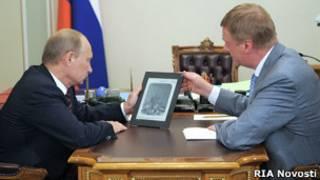 Чубайс представляет новый планшетник Путину