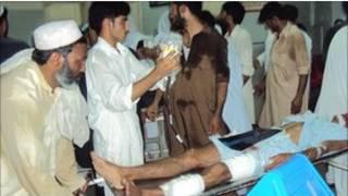مجروحان در بیمارستانی در پیشاور مداوا می شوند