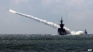 Mìssil sendo lançado de navio americano.