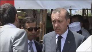 Erdogan oo booqanayey xeryaha dadka soo barakacay ee Somalia