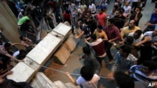 Manifestantes egípcios retiram blocos de concreto que bloqueiam acesso à embaixada de Israel no Cairo