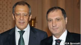 Министр иностранных дел Сергей Лавров (слева) и кандидат в президенты Абхазии Сергей Шамба
