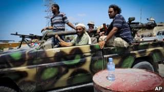 Rebeldes na cidade de Mayta  partem para Trípoli (AP)