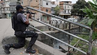 Policial em favela do Rio. Foto: AFP