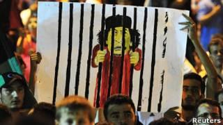 Карикатура на Каддафи в руках повстанцев
