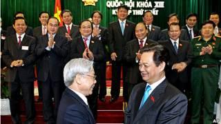Tổng Bí thư Nguyễn Phú Trọng (trái) bắt tay Thủ tướng Nguyễn Tấn Dũng trong ngày nội các mới ra mắt Quốc hội hôm 3/8