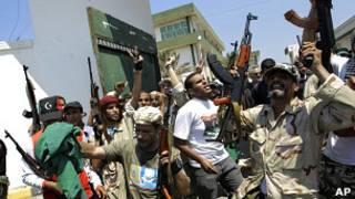 Rebeldes libios disparan al cielo en Trípoli