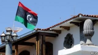 Флаг ливийских повстанцев над посольством в Бразилиа
