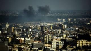 اعمدة الدخان في سماء العاصمة طرابلس