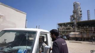 被反對派武裝控制的位於扎維耶附近的利比亞煉油廠(19/08/2011)