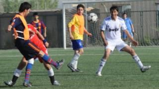 جوانان افغان در حال بازی فوتبال