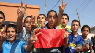 Противники Каддафи празднуют победу на улицах Триполи