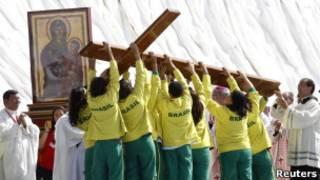 Católicos brasileiros vistos em Madri, durante visita do Papa à capital espanhola, no último domingo (Reuters)