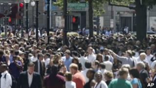 Pessoas nas ruas de Washington, depois de terem deixado seus edifícios por causa do tremor (AP)