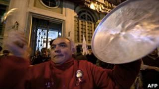 Trabalhador no Chile protesta contra governo de Sebastián Piñera (AFP)