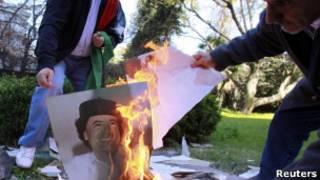 Сотрудники ливийского посольства в Аргентине жгут портрет Каддафи