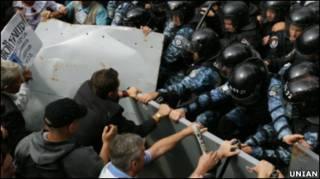 Опозиція намагалася прорвати один із кордонів міліції