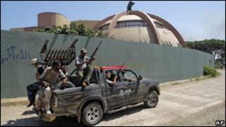 Rebeldes transitam dentro do QG de Khadafi em Trípoli. Foto: AP