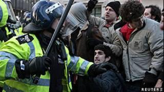 Jody McIntyre durante manifestação em Londres, em 2010 (Reuters)
