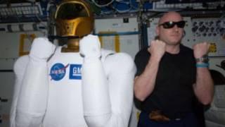 روبونوت مع رائد فضاء
