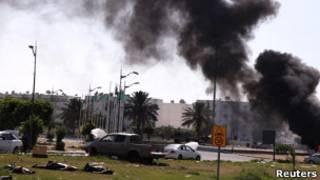 Corpos no quartel-general ocupado de Khadafi (Reuters)
