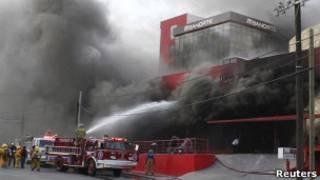 Пожарные тушат горящее казино в городе Монтеррей (Мексика)