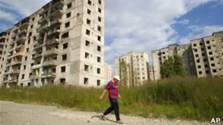 Пустующие жилые дома со следами войны в Сухуми