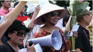 Bùi Thị Minh Hằng ở biểu tình Hà Nội