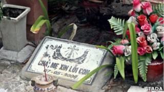 Lời đề trên bia mộ hài nhi được chọn đặt tên cho bộ phim. Ảnh: Tada