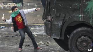 Joven chileno se enfrenta a las fuerzas de seguridad