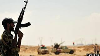 Rebeldes em Ras Lanuf (Reuters)