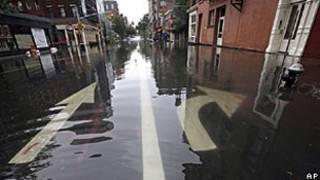Rua do bairro do Soho foi inundada na manhã de domingo (AP)